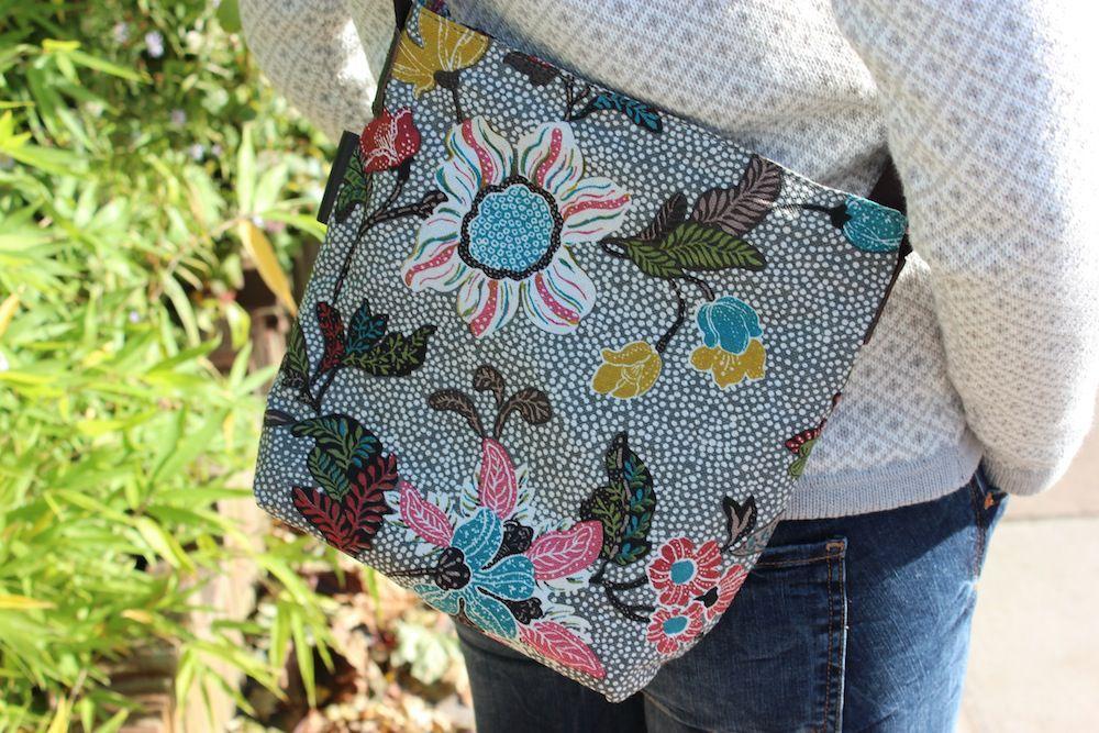 Ceannis Grey Flower Linen small shoulder bag style