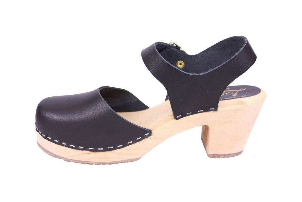 Lotta From Stockholm Highwood clog in Black Leather with a natural sole rev side