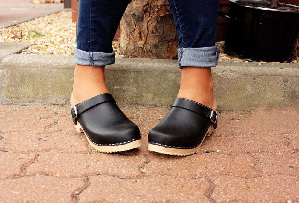 Classic black clogs with strap